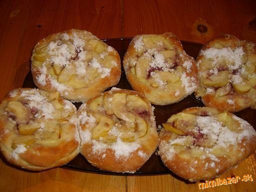 Moravské koláčiky s pudingom a jablčkami Cesto : 500g hl. múky, 1 kocka droždia, 300 ml mlieko, 1 ML kryšt.cukor na kvások, 1 vajce, 50g med, štipka soli, 40g roztop masla. Puding : 200 ml mlieko, 1 PL med, 1 PL prášk.cukor, 1 vanil puding, 100 g kys smotana, 2 jablká,1 PL kryšt.cukor, 12 ML džemu. Posýpka: 2 PL prášk.cukor, 4 PL hrubá múka, 1 PL masla, 1/2 ML ml.škorice Cesto rozdelíme na 12 Do vychlad pudingu smotanu a prášk cukor, vyšľaháme, na každú placku puding, džem, jablká  posýpku