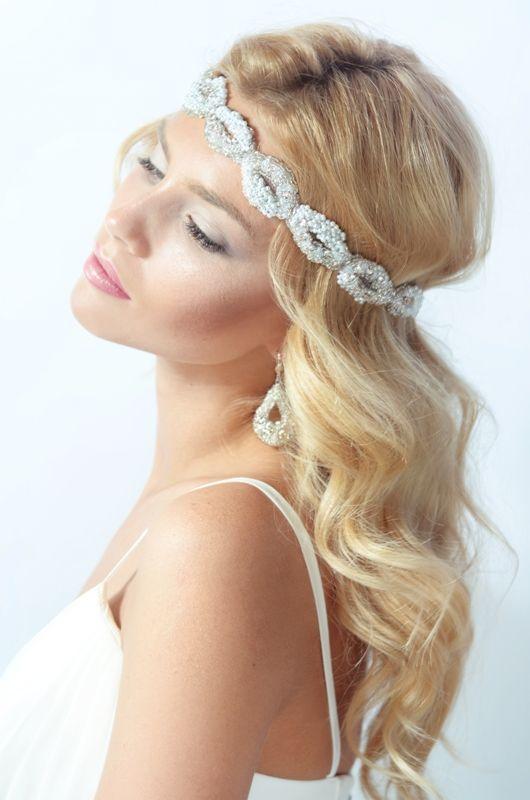 Jolie mariée avec bandeau en perle de rocaille pour une