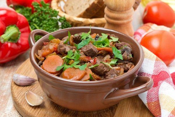 Тушеная говядина с овощами и черносливом