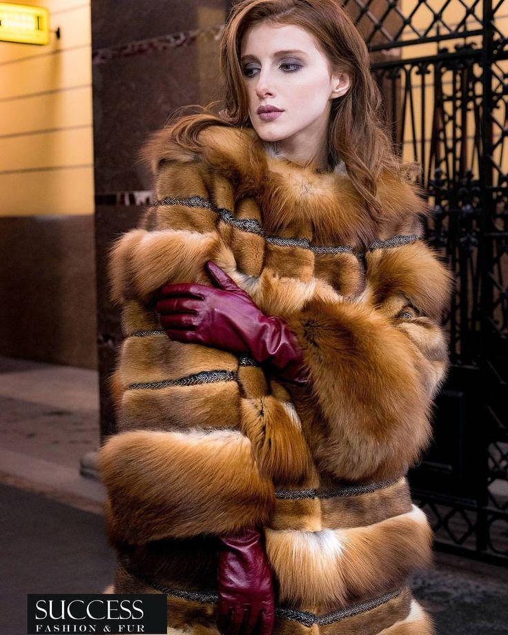 Иногда страх неизвестности сковывает и мешает идти дальше. На фото пальто из меха лисы и норки цвета Gold. Росшив замшей и отделка из ленты…