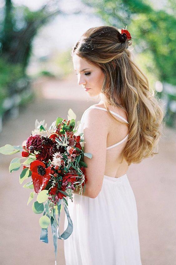 Ook in de zomer van 2017 gaan we weer mooie bruidskapsels zien. Haaraccessoires zijn steeds prominenter aanwezig en de keus is dan ook steeds groter. Deze zomer zien we bepaalde trends. De grote knot is populair en ook deels gevlochten en opgestoken haar is een must do voor 2017. Bloemen zijn een mooie keus, maar …