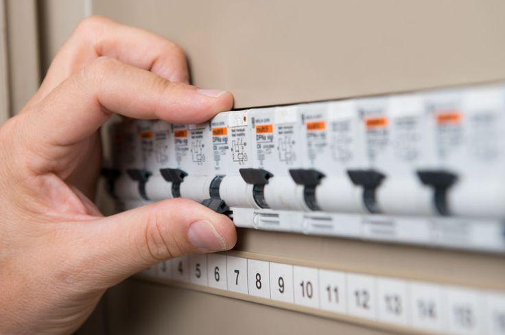 A kapcsolótábla állapota befolyásolhatja milyen otthona áramellátását.  http://www.villany-ász.hu/