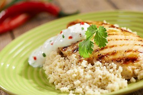 Doskonały przepis na soczyste piersi kurczaka w jogurtowej, greckiej marynacie z grilla! Wypróbuj koniecznie!