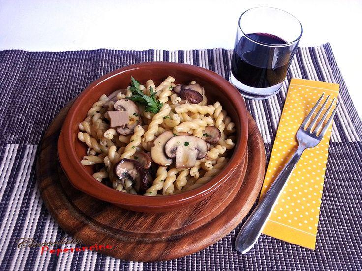 La pasta piccante con funghi crema è un delizioso primo piatto, facile da preparare e molto gustoso per aggiungere un tocco di brio alle tue giornate calde.