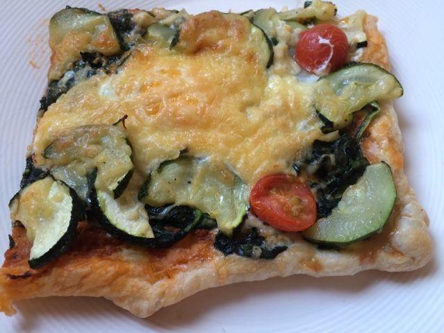 Oma Buis kookt en bakt: Spinazietaart van bladerdeeg met ei en courgette