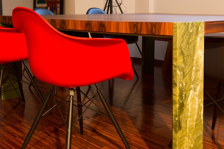 Tavolo Antelao | Millenove89 piano in palissandro santos, struttura in metallo verniciato colore RAL, gambe in marmo verde giada. #tavolomarmo #tavololegno #tavolometallo #marmoverdegiada #tavolodesign #antelao
