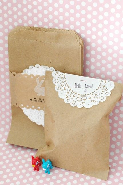 Simple brown bags with paper doily.: Brown Paper Bags, Treats Bags, Idea, Gifts Bags, Paper Doilies, Brown Bags, Favors Bags, Gifts Wraps, Brown Paper Packaging