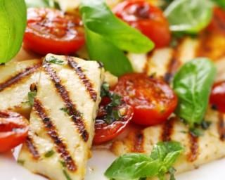 Salade grillée de fromage halloumi et tomates cerises : http://www.fourchette-et-bikini.fr/recettes/recettes-minceur/salade-grillee-de-fromage-halloumi-et-tomates-cerises.html