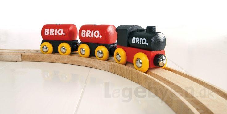 Togsæt fra BRIO. Klassisk togsæt i træ. Brio Klassisk togsæt er et enkelt, simpelt, og solidt togsæt. Det klassiske BRIO togsæt er lavet i FSC certificeret træ og vognene sættes sammen med magneter. Måske du husker toget fra din egen barndom?  Mærke: Brio Materiale: FSC certificeret træ. Alder: Fra 2 år. Antal: 1 sæt med 5 dele.  Find mere #BRIO på Legebyen.dk #tog #legetog #trætog #legetøjstog #togbaner