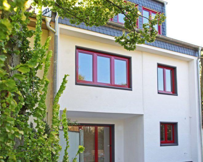 Holz-Aluminium-Fenster mit roter Aluminiumschale verleihen dem Einfamilienhaus einen farbenfrohen Anstrich   Sorpetaler Fensterbau
