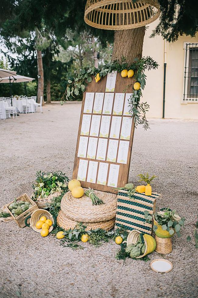 Utilizaremos limones y hojas verdes para la decoracion de la Bienvenida, con cestos de mimbre y metal, cajas de madera y flores.