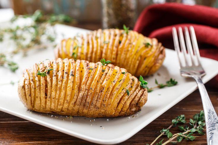 La receta de papa rostizada con ajo y perejil es una preparación que puedes utilizar como acompañamiento de tus platillos de pollo, pescado o carne. Son unas ricas y saludables papas hervidas y horneadas, aderezadas con ajo y perejil. Es una receta muy sencilla de cocinar y muy sabrosas.