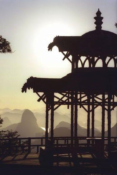 O Vista Chinesa é linda no topo de uma montanha no Rio de Janeiro. Se você gosta de caminhar, esta é uma boa oportunidade, mas você também pode chegar lá de carro.