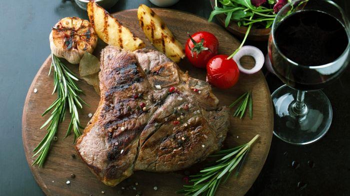 gesunde haut lebensmittel rotes fleisch rindfleisch steak gegrilltes gemüse