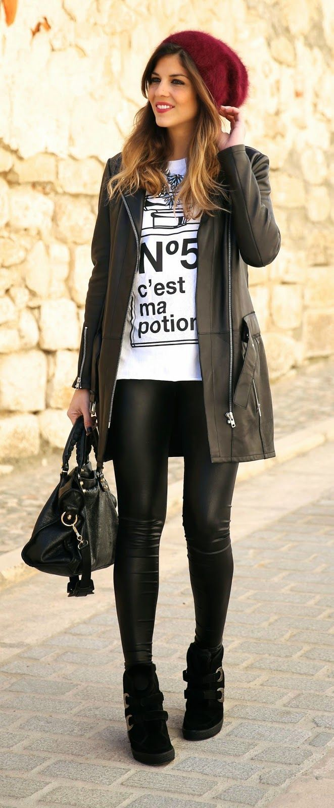 Acheter la tenue sur Lookastic: https://lookastic.fr/mode-femme/tenues/manteau-t-shirt-a-col-rond-leggings-baskets-compensees-cartable-bonnet/13415   — Bonnet bordeaux  — T-shirt à col rond imprimé blanc et noir  — Manteau en cuir noir  — Leggings en cuir noirs  — Cartable en cuir noir  — Baskets compensées en daim noires