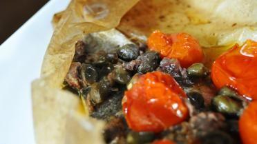 Zeebaars in bakpapier met groenten en ansjovis