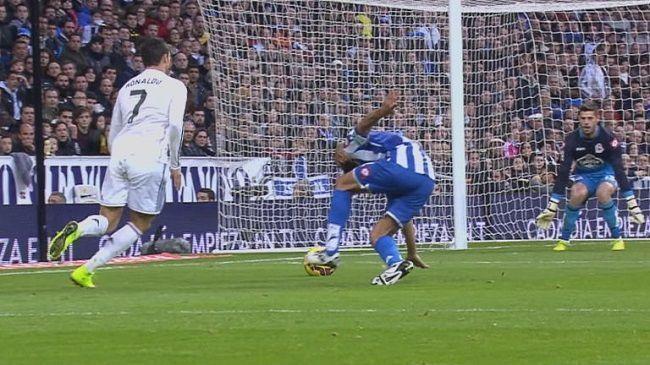 Portugalczyk ośmieszył zakładając siatkę piłkarską • Real Madryt vs Deportivo La Coruna • Zobacz trik piłkarski Cristiano Ronaldo >>