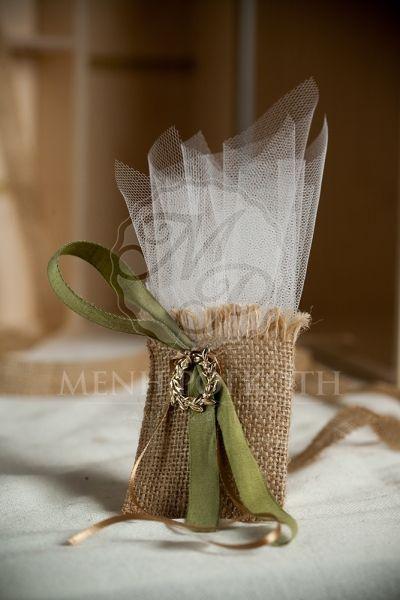 Μπομπονιέρα γάμου πουγκάκι λινάτσας με μεταλλικό στεφανάκι