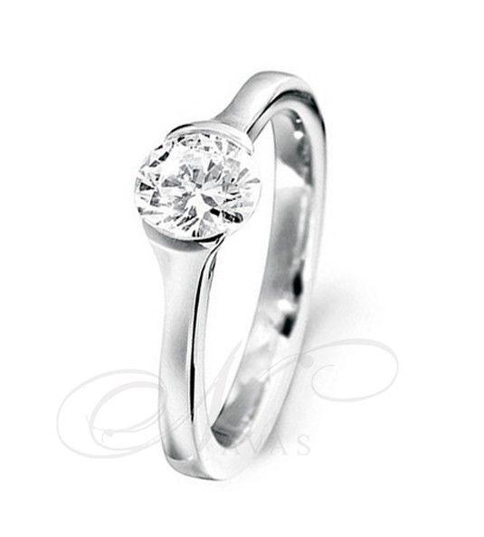 El solitario modelo CLOE es un solitario de diseño sencillo, basado en un engaste muy sutil y elegante del diamante talla brillante central. Este anillo está elaborado en oro blanco o amarillo, de Primera Ley, y es ideal tanto como anillo de compromiso, como solitario de uso cotidiano.