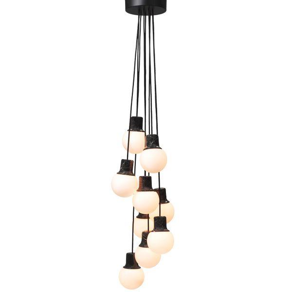 Mass Light -valaisin on saanut muotonsa New Yorkin, Pariisin ja Barcelonan katuvaloista, kertovat valaisimen suunnittelijat Kasper Rønn ja Jonas Bjerre-Poulsen eli Norm arkkitehdit. Yksinkertaisen kaunis valaisin on tehty ruskeasta marmorista ja opaalilasista.