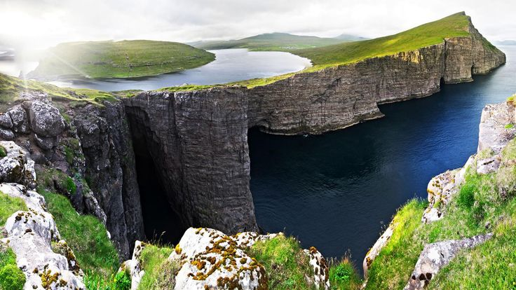 The Faroe Islands' Lake Sørvágsvatn, or Leitisvatn, tricks the eye (Credit: Credit: Jan Egil Kristiansen)