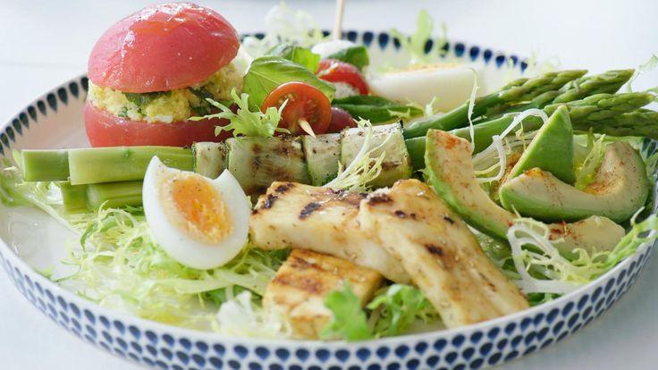 Een frisse enlichtevegetarische maaltijd met gevulde tomaten, gegrilde halloumi en rolletjes van groene asperges en courgette. Meer heb je niet nodig op een warme zomerdag.