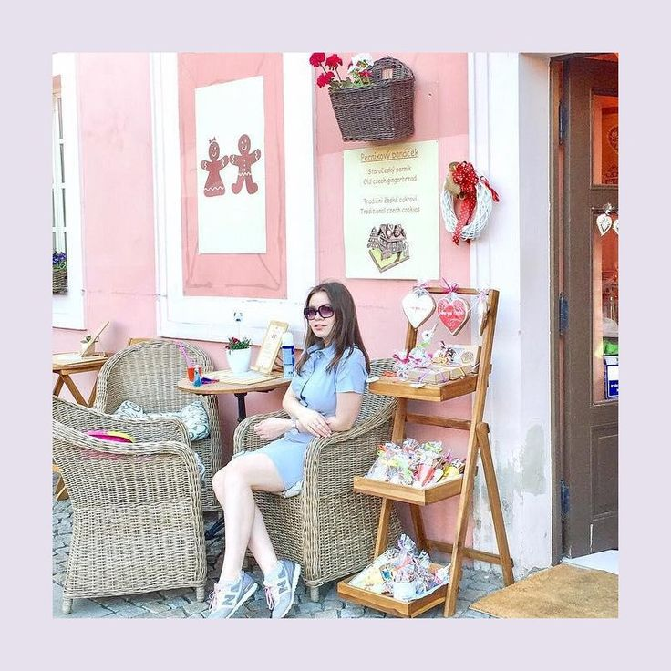 Прелестная @katrinivanova обладает магической способностью находить уютные кафе в любом уголке планеты. А платья от Olga Grinyuk прекрасно подходят для того чтобы фотографироваться в уличных кофейнях. Даже Кафка, рядом с музеем которого сделано фото, не устоял бы против очарования этого легкого и нежного образа. Франц непременно улыбнулся бы, и начал писать романтические стихи!  А вы, дорогие подписчицы какой отдых любите больше? Шопинг, экскурсии или пляжные развлечения?…