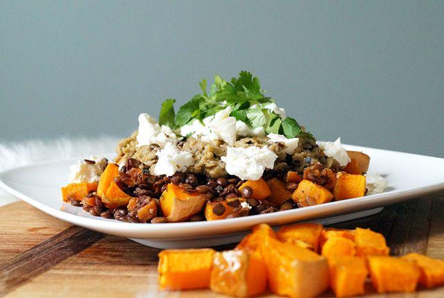 Deze vegetarische maaltijd met linzen, wortel, pompoen en gegrilde aubergine puree is enorm voedzaam en vooral super lekker! Het recept vind je hier >>