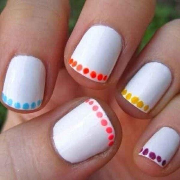 uñas cortas con puntos de colores