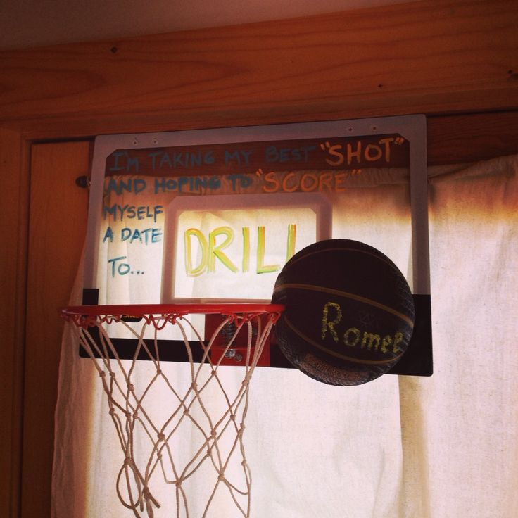 Adorable way to ask a jock to prom!! <3