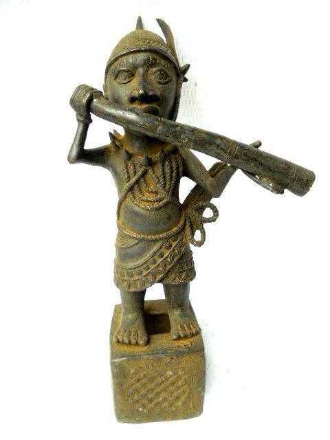 Ifé bronzen beeldje - BINI EDO - Benin Nigeria  Ifé bronzen beeldje - BINI EDO - Benin NigeriaAfmetingen: Hoogte 62 cm; Gewicht 15 kg.In Afrikaanse kunst wordt de kunst van de Ifé gekenmerkt door een mooie balans van lijnen een flagrante realisme en met een sereniteit die lijkt afkomstig van koningen of koninginnen.Dit beeldje is zeer rijkelijk versierd. We onderscheiden vlechten maar ook kleine klokken. Het gezicht is perfect glad aan elke kant die kunnen we marge die zijn afgewerkt met…