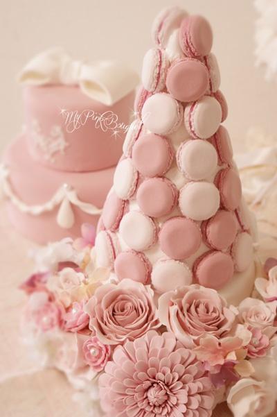 018//マカロンカラー:ドレスに合わせたくすんだピンク×淡いピンク(挟んだクリームが濃いピンク) ガーランド:ダリア、オールドローズ、パール花芯の小花(樹脂粘土)。バックに写っている、おリボン2段ケーキとお揃いでオーダーいただきました