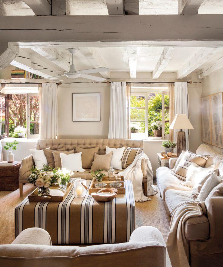 00462181. Salón rústico con sofás en colores crudos y mesa de centro tapizada 00462181