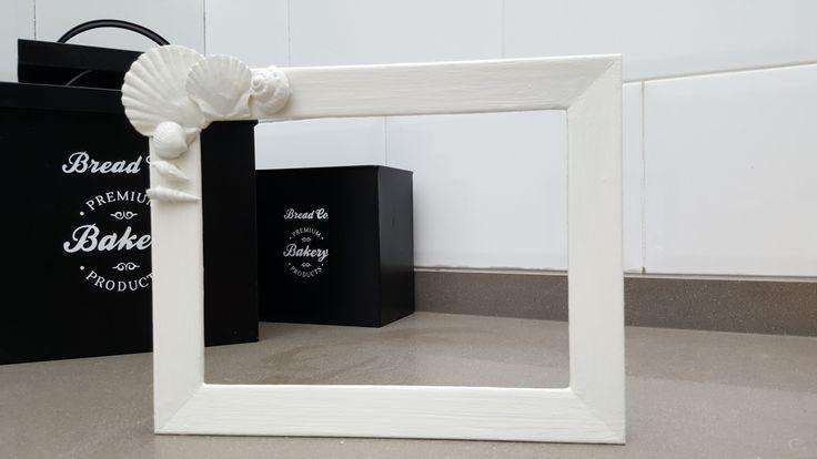 Marco reciclado. Lijar, 2 capas de pintura tanto al marco como a las conchas. Pegar las conchas con silicona caliente