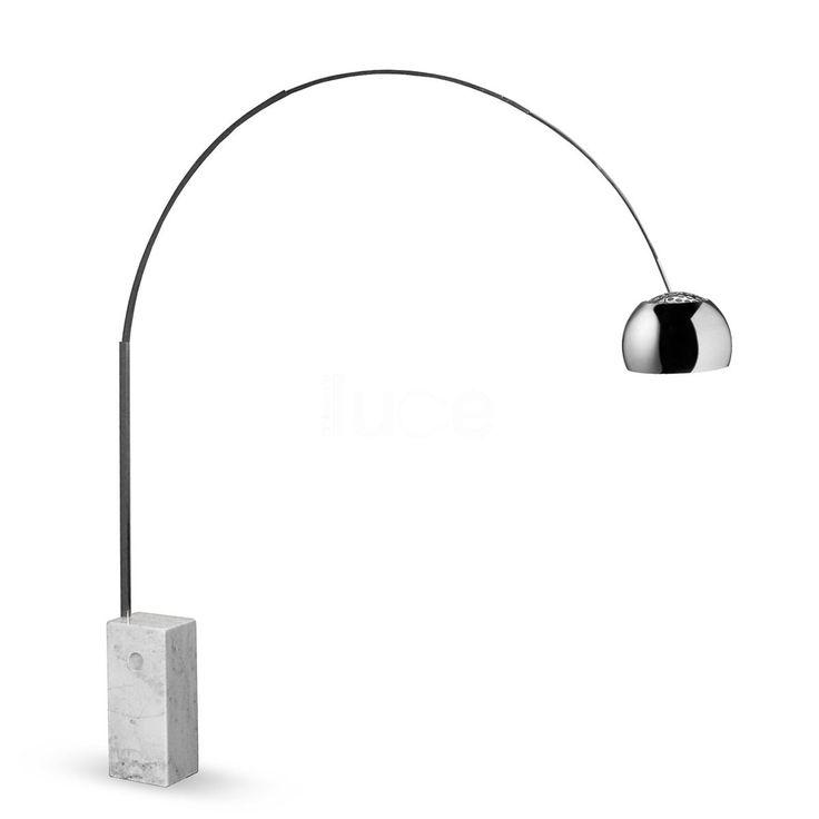 1962-P.G. Castiglioni e Achille Castiglioni per Flos lampada a terra, a luce diretta direttamente sopra il tavolo, base di marmo bianco, di 65 kg circa, con spigoli e vertici smussati ad angolo,arco in metallo, con tre profilati d'acciaio con sezione a U, regolabile facendo scorrere i diversi profilati su se stessi