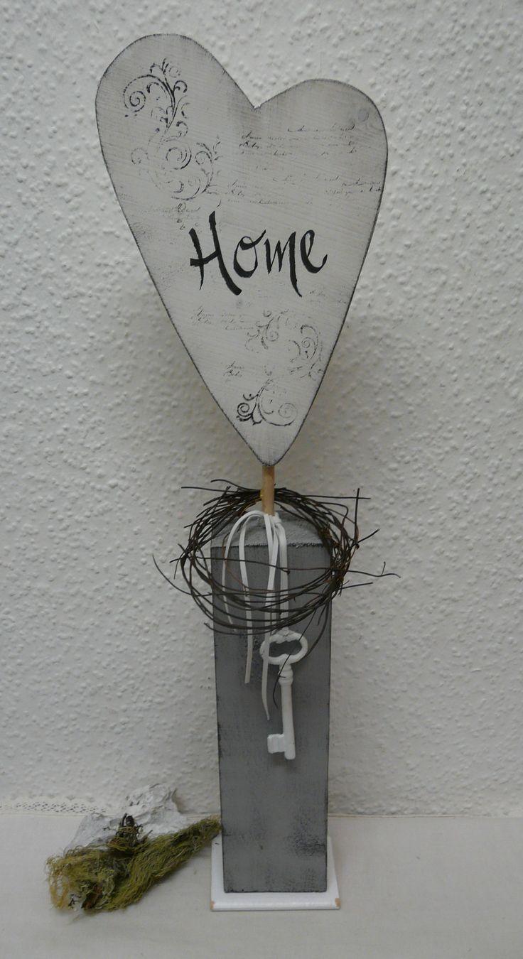 Holz Herz in Used Optik mit Rebenkranz und Dekoschlüssel. Das Herz wurde mit…