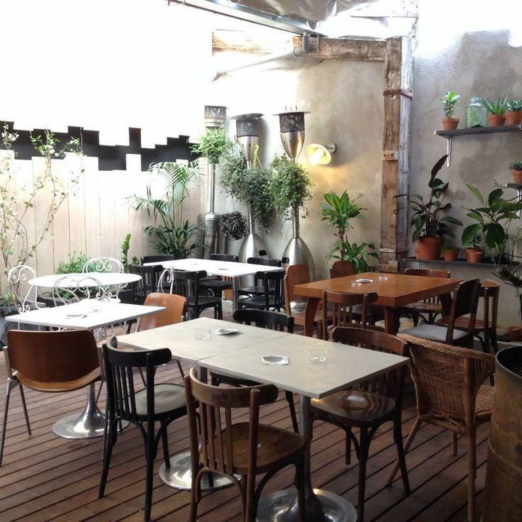 L'Ebénisterie Situé tout près de la place Castellane, l'Ébénisterie est le lieu parfait pour commencer l'apéro et prolonger la soirée. À la fois salle de concert, café et restaurant, vous pourrez y passer juste pour y boire un cocktail et éventuellement picorer quelques tapas ou pourquoi pas y dîner dans un patio idéal pour les soirées improvisées entre amis. Avec, en accompagnement musical, live et DJ set. Ouvert du mardi au samedi de 16h à 02h00 29 rue Louis Maurel, 13006 Marseille