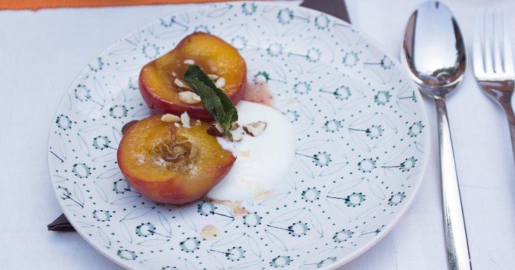 Dessert op de barbecue: gekarameliseerde perzik met yoghurt