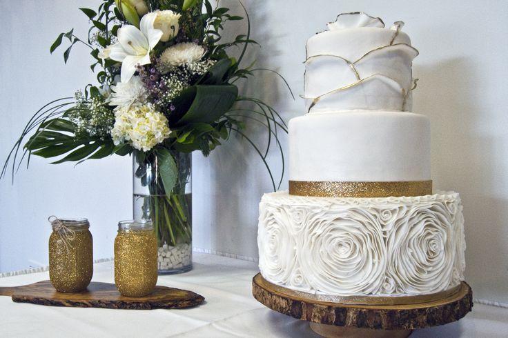 White and gold wedding cake with fondant rosettes. Gâteau de mariage blanc et or avec rosettes en fondant.