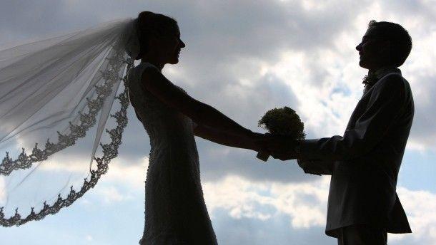 Der Mythos der Liebe ist der Leitstern unserer Zeit: Das einzige Ziel des Lebens ist es, Mr. oder Mrs. Right zu finden. Was für ein Irrtum. Zweisamkeit ist nichts anderes als die Fortsetzung der Ich-Bezogenheit mit anderen Mitteln. Ein Plädoyer gegen die Liebe.