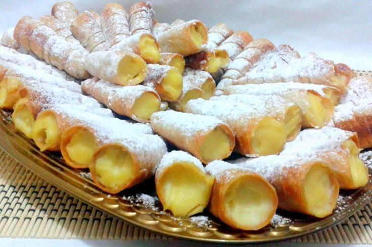 Reteta culinara Desert rulouri umplute cu crema de vanilie din categoria Dulciuri. Cum sa faci Desert rulouri umplute cu crema de vanilie