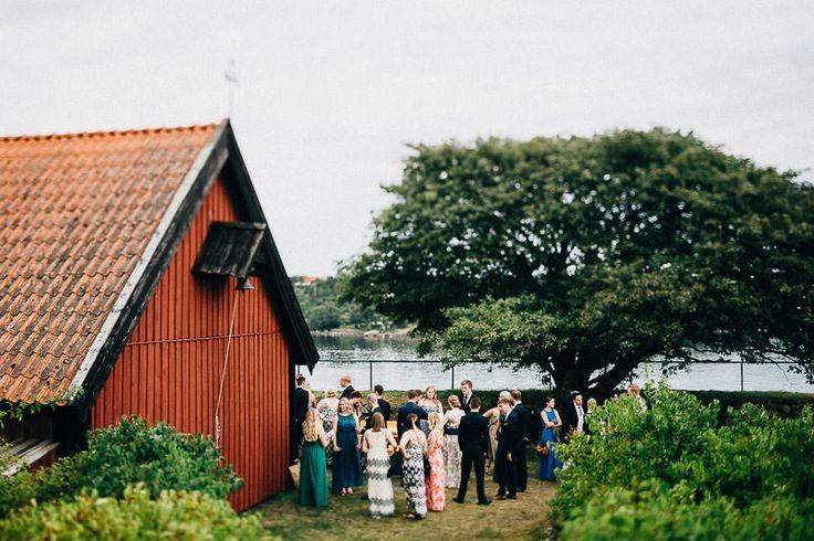 gästerna utanför kyrkan på ön kastellet