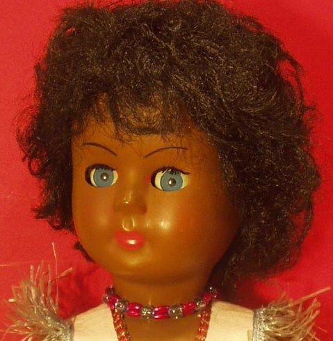 41см Кукла показано здесь имеет маркировку ATHENA в области шеи и № 37. Мы, вероятно , не узнаем , кто был продан эта кукла.  Он измеряет 41 см и изготовлена из жесткого пластика.  Конечности и голова прикреплены эластичным.  Она имеет дело зуммера в середине живота.  ее волосы имплантируется на колпачок из клееного пластика.  голубые глаза шпал и riboulants. Она носила ее оригинальную одежду, которая вместо того, чтобы вызвать индейскую холдинг (или карнавал Рождество ??) , но мне…
