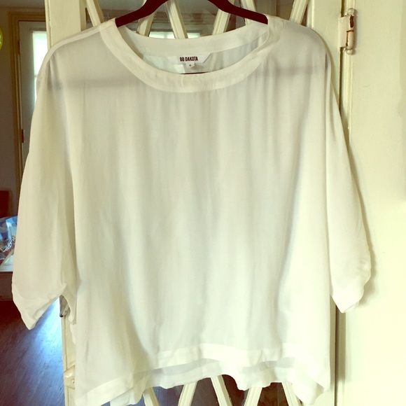 White cream batwing short sleeve blouse bb Dakota This blouse is so nice. It's blouse material but kind of the perfect loose flowy t shirt fit. Would look so chic with some black skinny jeans and ankle boots. Size small but would def fit medium as well. BB Dakota Tops Blouses
