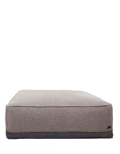 """El Puf de exterior cuadrado de la Serie Storm pertenece auna colección de accesorios """"lounge"""" para elaire libre que consta de sillones, tumbonas, pufs y almohadas en dimensiones variables. La serie consta de 13 productos y están disponibles en color marrón desierto oscuro. La colección se adapta avarias áreas de descanso al aire libre, especialmente"""