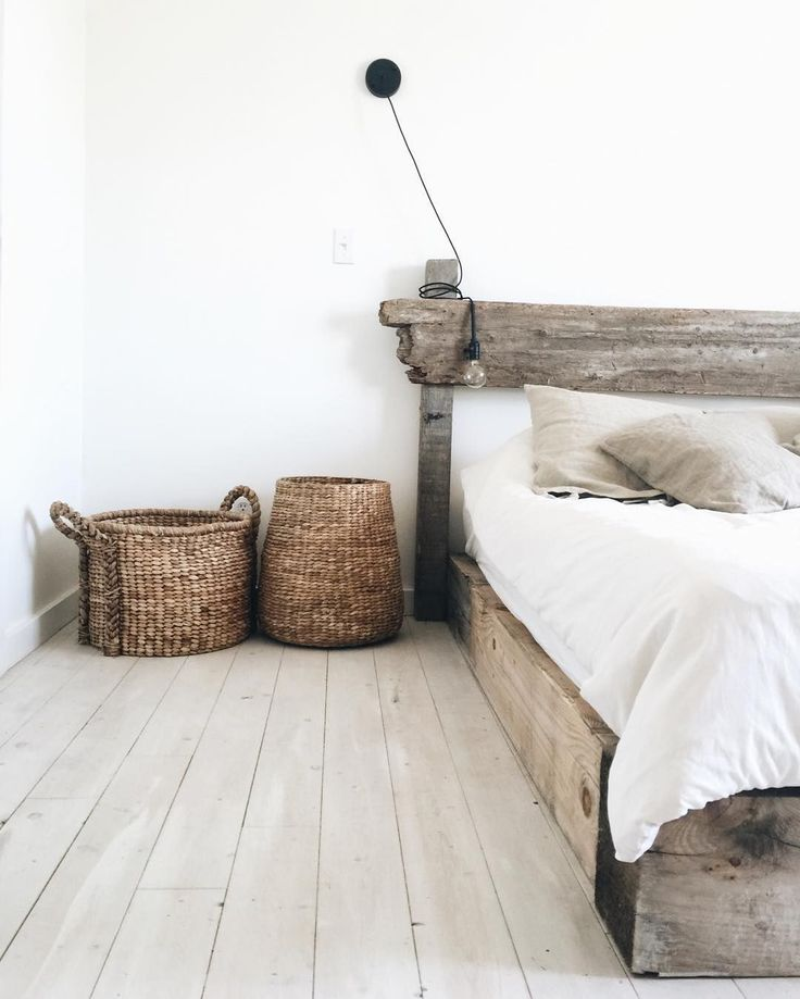 bedroom: old timber, white linen, white washed floorboards ähnliche Projekte und Ideen wie im Bild vorgestellt findest du auch in unserem Magazin (Diy Bedroom Headboards)