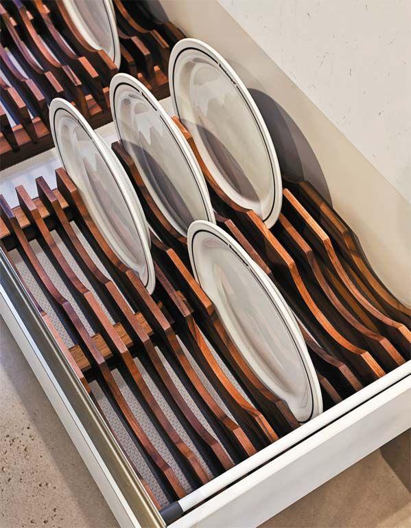 Ótima pedida para guardar pratos, a gaveta com divisória de madeira e puxador embutido é feita sob medida. Da Bontempo.