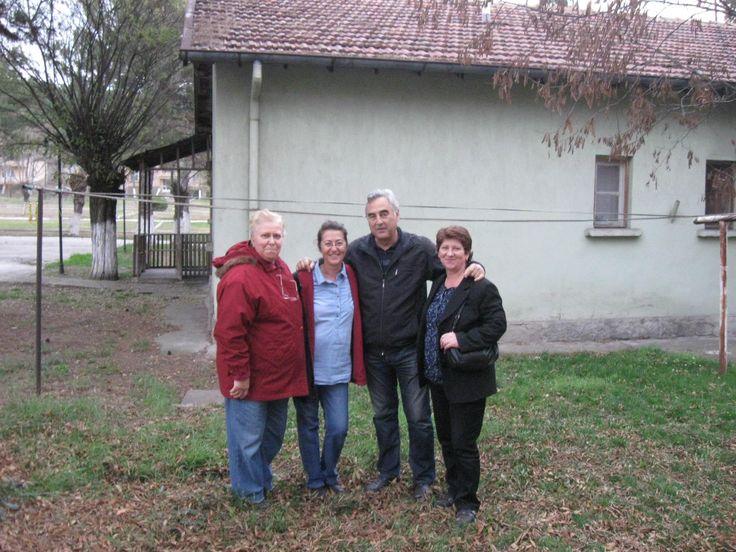 Annem ve Babamın en son oturduğu lojmanın önünde-Eşim Süheyla Öztoprak-Serpil Sargın-Nevzat Sevgili-Kardeşim Sevil Sevgili.