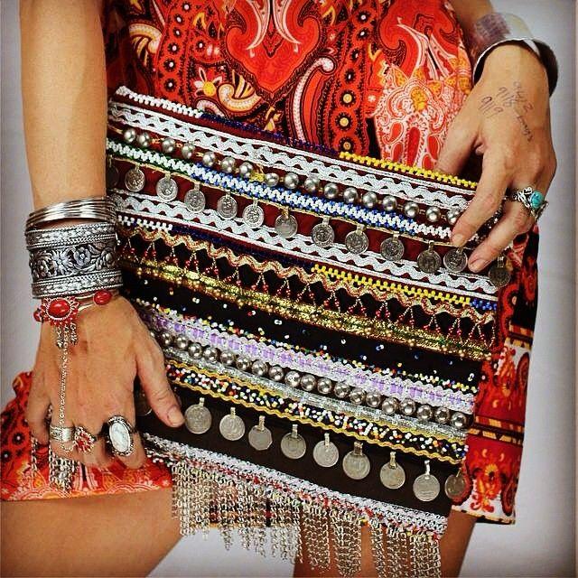 Indian clutch bag! Just love all the details  clutch and jewelry @offbeatcuts . Happy Friday ✨ #boho #bohobag #bohemian #offbeatcuts #ibizastyle #ibizabohogirl #gypsy #hippie #hippiechic #clutch #fashion #jotd #jewelry #inspiration #inspiração #Padgram