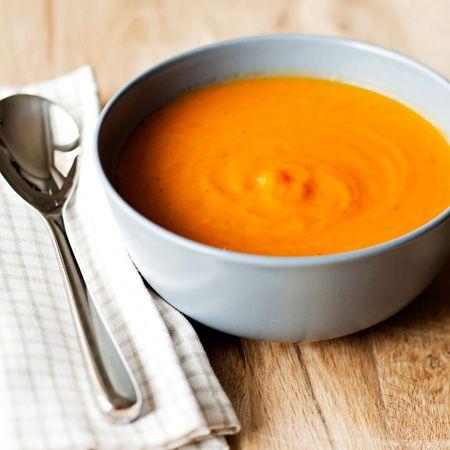 Lämpimän oranssin värinen, hieman makea ja mausteinen porkkanasosekeitto on helppo valmistaa. Voit lisätä keiton pinnalle maun mukaan tuoreita yrttejä, krutonkeja tai raejuustoa.